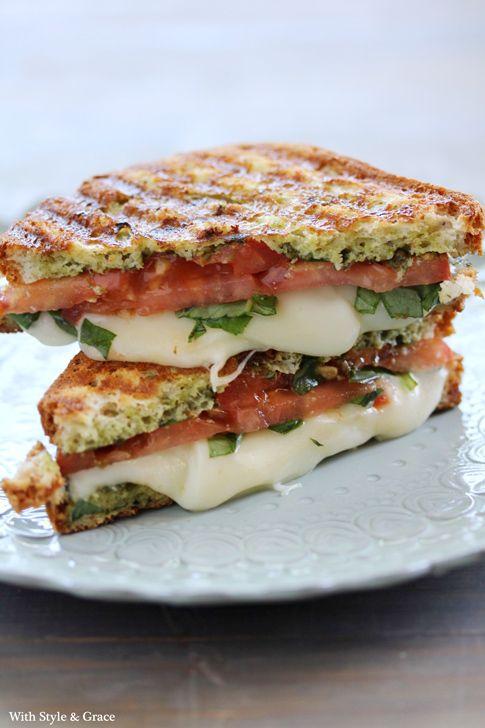 Pain grillé tartiné de sauce pesto + mozzarella + tranches de tomates fraiches