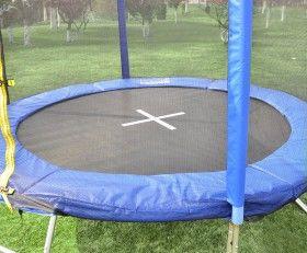 Notre trampoline apportera sûrement beaucoup de plaisir à vos enfants, et a un effet bénéfique sur la santé. Ce trampoline est équipé d' un tapis de saut robuste avec une grande capacité de charge maximale. Le cadre galvanisé est résistant à la rouille et aux intempéries. Il y a des ressorts connectés avec le cadre et le tapis de saut qui permettent d'effectuer des sauts records. Le trampoline est bien sûr livré avec un filet de sécurité et répond ainsi aux exigences de sécurité.