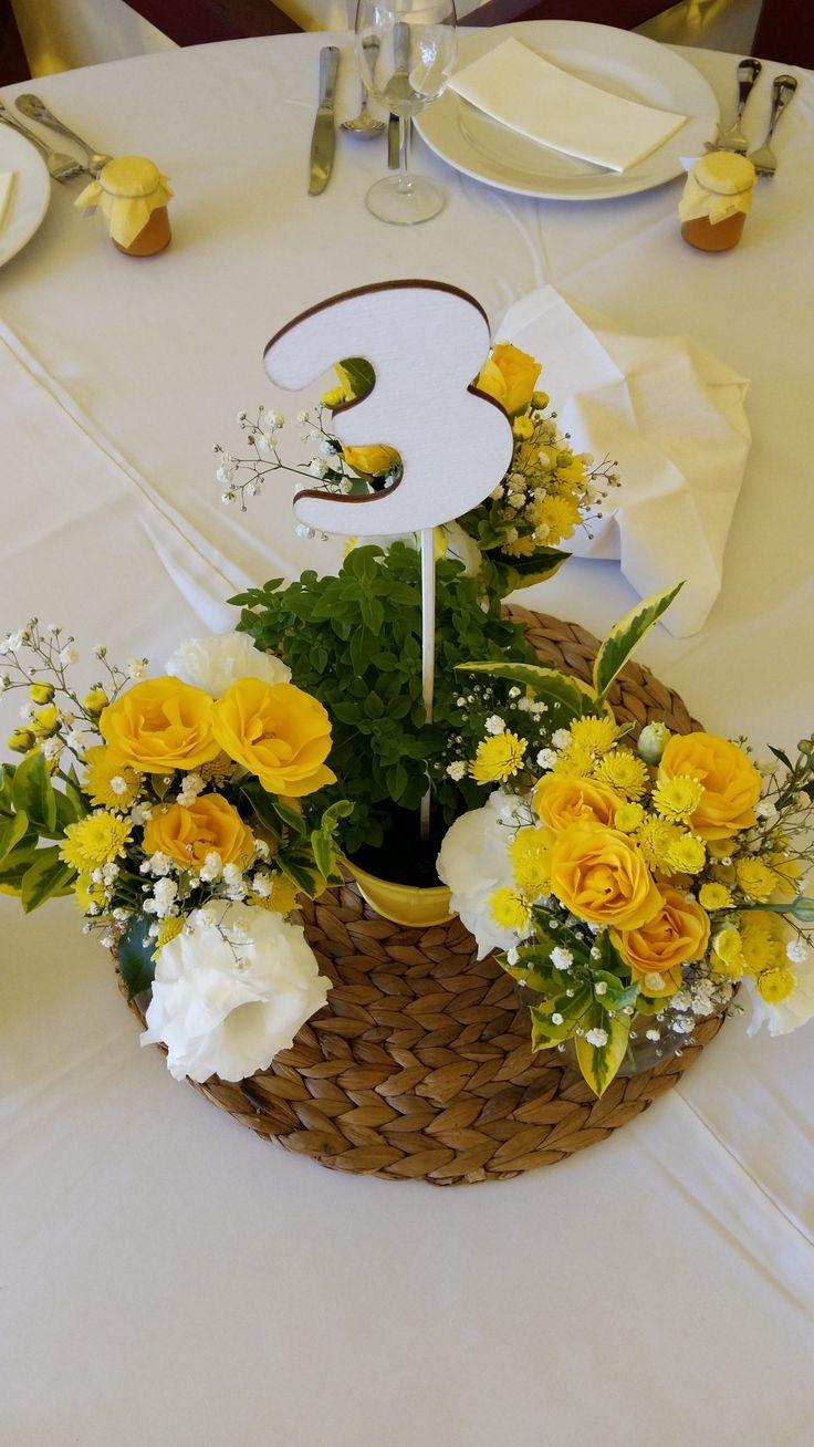 Citromsárga esküvői virágok és fehér fa asztalszám - Yellow wedding flowers and white wood table number