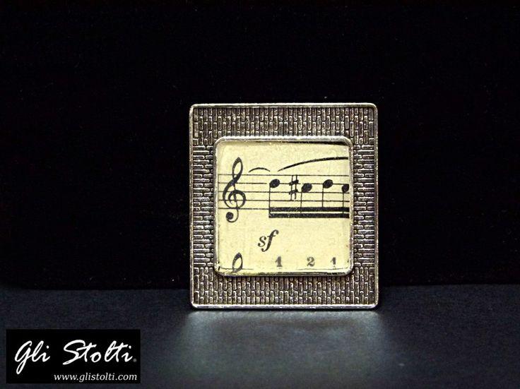 Spilla artigianale in resina da inclusione e metallo con spartito musicale vintage originale. Vai al link per tutte le info: http://glistolti.shopmania.biz/compra/spilla-artigianale-con-spartiti-musicali-564 Gli Stolti Original Design. HandMade in Italy. #glistolti #moda #artigianato #madeinitaly #design #stile #roma #rome #shopping #fashion #handmade #handicraft #handcrafted #style #bijoux #musica #music