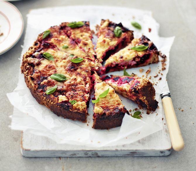 Juhlava ja mehevä feta-punajuuripiirakka sopii myös keliaakikoille ja kasvissyöjille. Gluteenittoman piirakan murea pohja valmistetaan mantelijauheesta ja