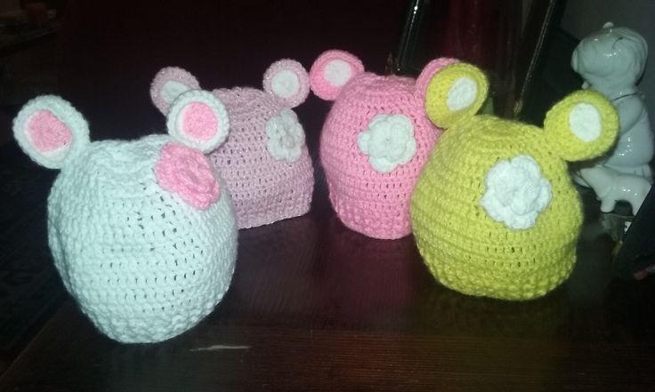 gorritos de bebe a crochet, con orejitas y flores dobles