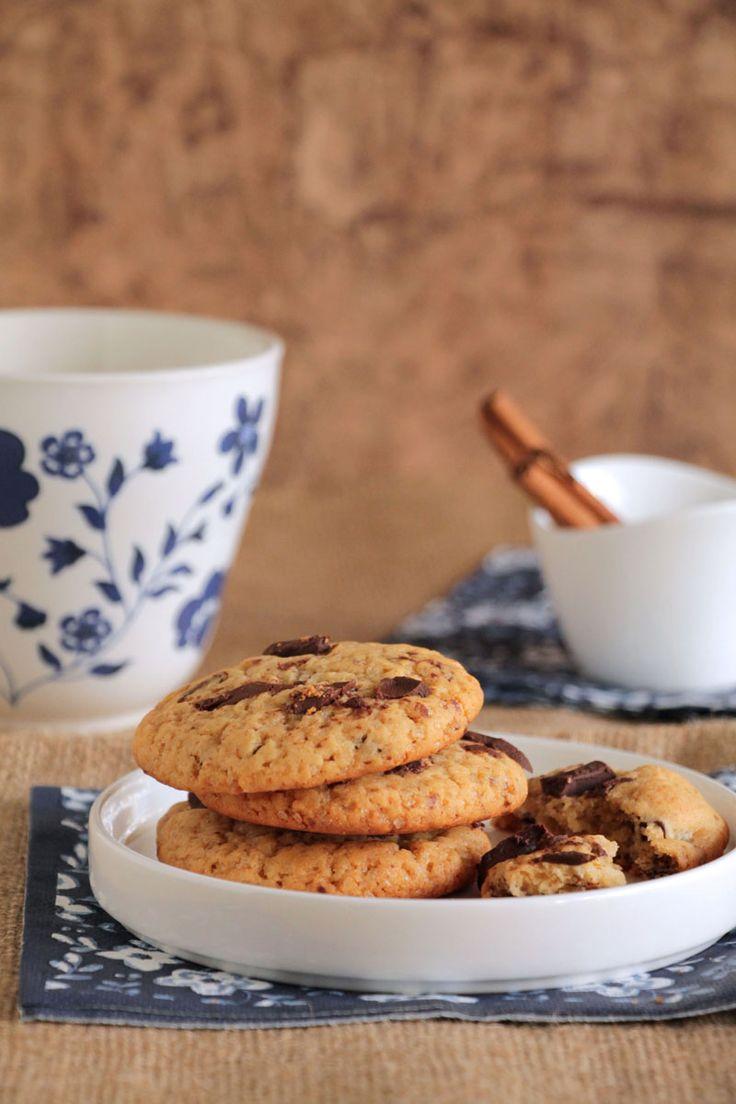 Αυτά τα μπισκότα με μέλι περιέχουν επίσης μια τσιμπιά κανέλα και μεγαλούτσικα κομμάτια σοκολάτας. Η υφή τους είναι μαλακή και ελαφρώς μαστιχωτή. Η γεύση τους απολαυστική