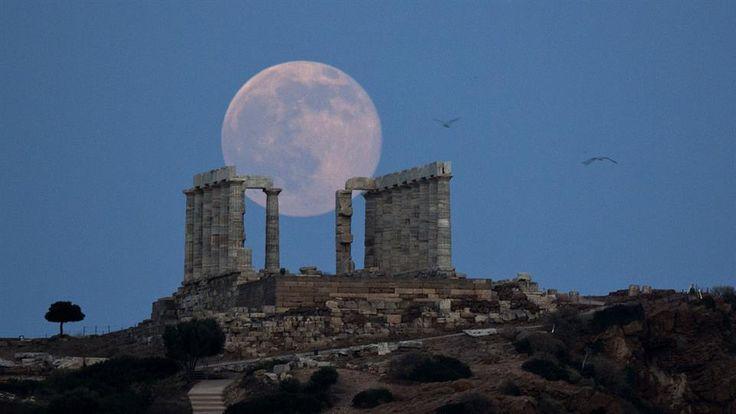 La luna llena de junio o más conocida como Luna de Fresa, es un fenómeno que se produce cada 50 años, el Templo del Poseidón en Atenas dio una vista privilegiada del fenómeno. Foto: AP / /Petros Giannakouris