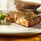 Frittata met paprika, tomaat en witte kaasblokjes - recept - okoko recepten