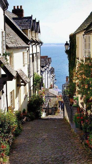 こちらはイギリス南西部に位置するデヴォンという地域に存在する小さな村。 イギリスなのにどこかスペインやイタリアを思わせるこの景色。 イギリスにもいろいろな顔があることを教えてくれます。