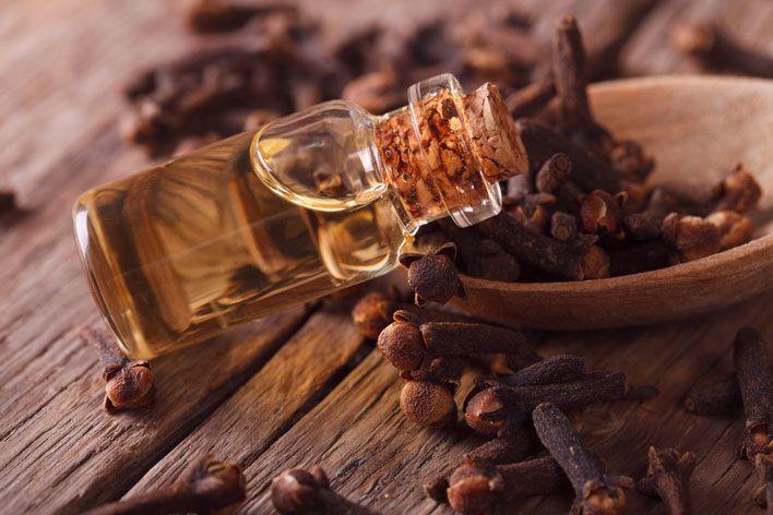 Olejek goździkowy to jeden z najlepszych naturalnych produktów o zróżnicowanych właściwościach zdrowotnych i pielęgnacyjnych. Jakie posiada zastosowanie i jakie korzyści płyną z jego stosowania?