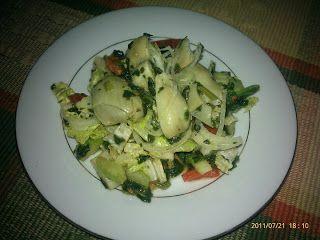 ENSALADA ANTIPASTO 2 cucharas de jugo de limón 2 cucharas de aceite de oliva 1 diente de ajo pequeño picado ¼ cucharita pimienta negra ½ taza de corazones de alcachofas (congeladas lista para cocinar) 1/3 taza de cebolla morada (finamente picada) 1/3 taza de espinaca 1/3 de lechuga romana (romaine lettuce) ½ tomate picado 1/3 taza apio picado (celery) 1/3 taza albahaca fresca picada 1/3 taza pimientos rojos asados (finamente picados)