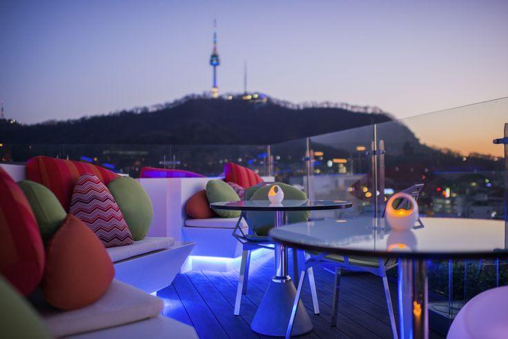 이비스 스타일 앰배서더 서울 명동 '르 스타일 바(Le Style Bar)' 남산타워가 한눈에 보이는 호텔 21층 도심뷰를 만나보세요.