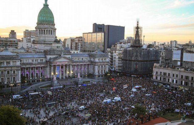 #8M | Masivas movilizaciones en el país por el Día de la Mujer  Foto: Cadena3  La marcha central se desarrolló en Buenos Aires donde una multitud se concentró en el Congreso. En Córdoba fueron al Patio Olmos. Pidieron un abanico de demandas centradas en la igualdad de género. En la nota completa te contamos lo que pasó en algunas de las principales ciudades del país  PUBLICIDAD  #8M en Neuquén  Al igual que en el resto del país mujeres neuquinas se plegaron ayer al segundo Paro Internacional…