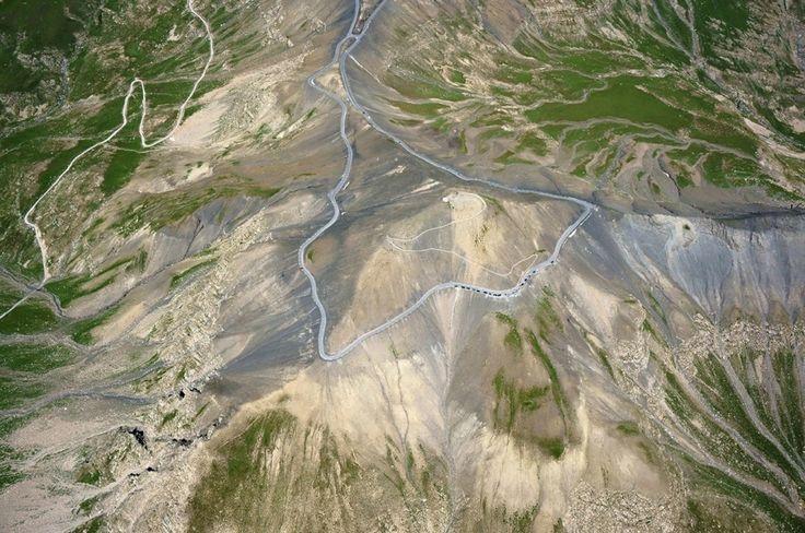 Le col de la Bonette, en France : les 15 routes les plus dangereuses du monde. Ce dangereux col de montagne est situé à 2000 mètres d'altitude dans les Alpes françaises, juste à côté de la frontière italienne. Cette route présente des virages serrés et inopinés.