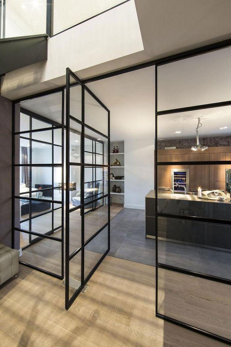 cuisine avec verrière intérieure, parquet massif, sol en béton ciré et parement bois