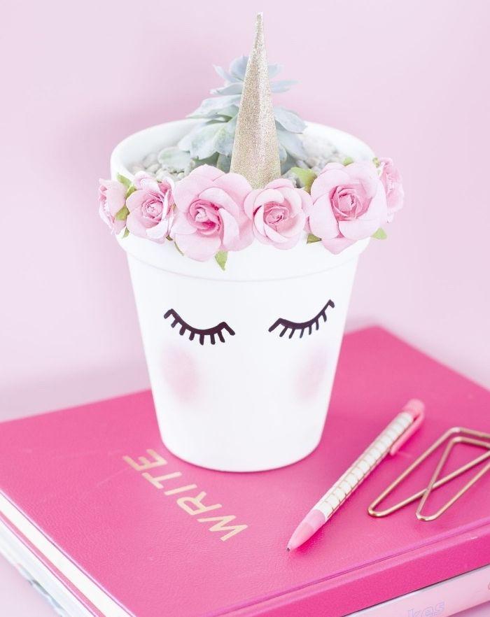 deco a faire soi meme recup, un pot de fleur en terre cuite repeint en blanc avec des traits de visage, rempli de gravier, corne et roses, déco avec de la récup