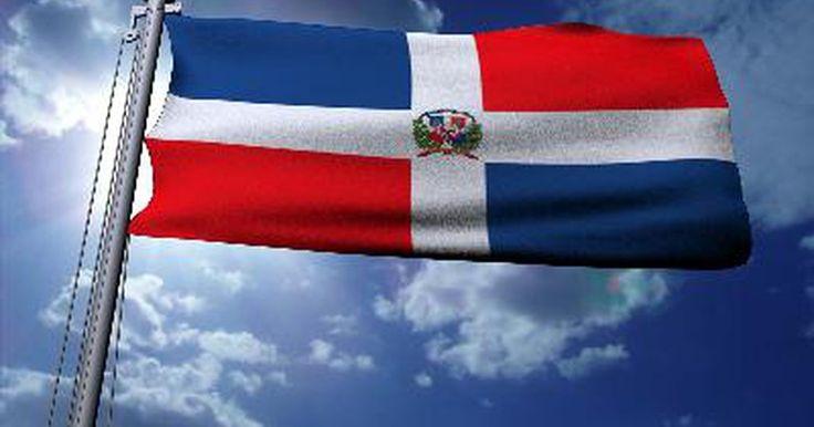¿Qué representan los colores de la bandera nacional de la República Dominicana?. La bandera nacional de la República Dominicana fue creada cuando el país ganó su independencia de Haití en 1844. Juan Pablo Duarte, líder del movimiento independentista, la diseñó alterando la disposición de los rectángulos rojo y azul de la bandera de Haití y añadiendo una cruz blanca y un emblema central. El azul representa la libertad, el rojo ...