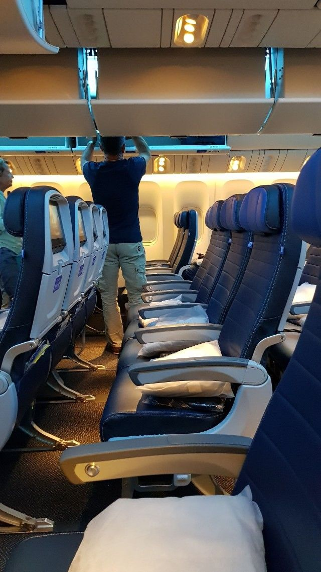 United Airlines Aircraft Fleet Boeing 777 300er Economy Class Cabin Configuration And Seats R Airplane Interior Boeing 777 United Airlines