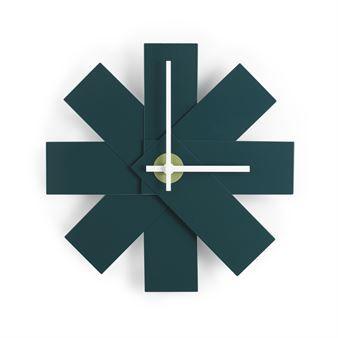 Hold rede på tiden med Watch me veggur fra danske Normann Copenhagen, designet av formgiveren Rasmus Gottliebsen. Klokken er produsert i aluminium og har et særegent design inspirert av et utfoldet fargekart. Vegguret blir et fargerikt og uttrykksfullt innslag på veggen med sin geometriske silhuett! Velg mellom ulike farger.