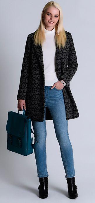 Синее пальто, светлые джинсы, серая сумка, черные ботильоны