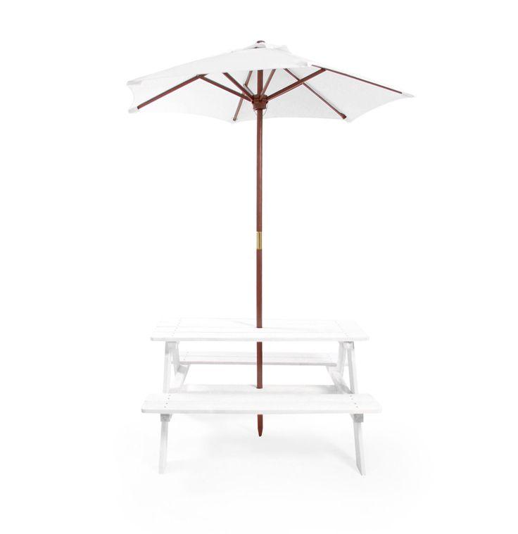 Woodlii Picknickbord med Parasoll Vit är ett klassiskt picknickbord med parasoll som passar bra när solen steker på som mest. Duka upp lite fika på bordet och ta ett glas saft eller en glass tillsammans med dina vänner efter all utomhuslek! Bordet har plats för 4 stycken, maxvikten är 60 kg på vardera sida.<br><br>- Montering krävs<br>- CE godkänd<br>- FSC märkt<br><br>Rekommenderad ålder: Från 3 år.<br><br>Mått: 89 x 79 x 50 cm.<br><br...