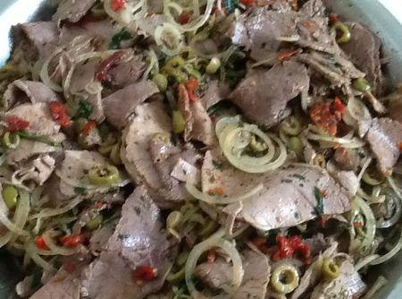 Carne Louca Assada,receita,1 peça de lagarto de 2 kg, aproximadamente,sal a gosto,2 dentes de alho,100g de manteiga,folha de papel para assar,Temperos:,3 cebolas médias fatiadas