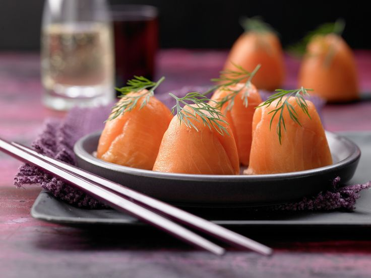 Eierbecher mal zweckentfremdet :-) Eierbecher-Sushi - mit Räucherlachs - smarter - Kalorien: 50 Kcal - Zeit: 35 Min.   eatsmarter.de