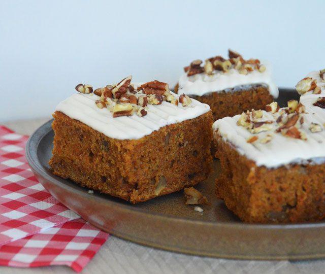 De Carrot Cake oftewel worteltjestaart. Vierkante stukken of rechthoeken. Een heerlijke taart en een makkelijk recept. Met walnoten of pecannoten.