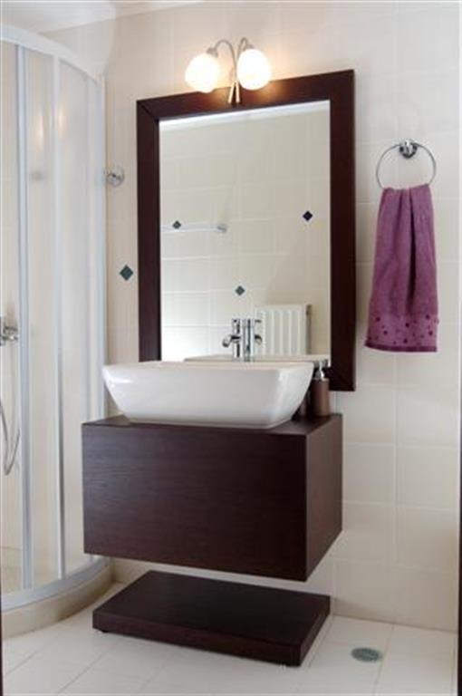 Κρεμαστό έπιπλο μπάνιου και καθρέπτης από δρυ σε χρώμα wenge.