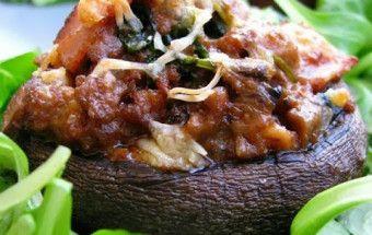 Γεμιστά μανιτάρια (πορτομπέλο) με κιμά, μπέικον και σπανάκι (ή πώς να αξιοποιήσετε τον κιμά που σας περίσσεψε)