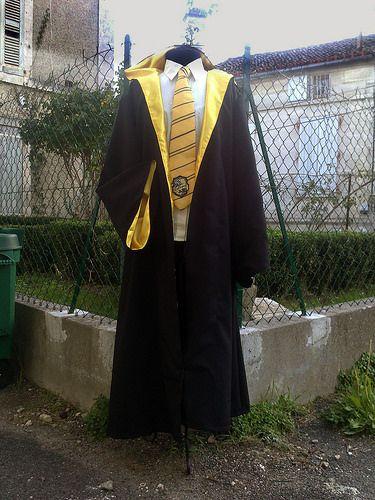 Si vous avez raté le début de mon projet, avec la baguette de sorcier à faire pâlir Ollivander, la cravate Poufsouffle et l'astuce pour créer les écussons aux couleurs de votre maison c'est par là ...  Harry Potter - wizard cloak DIY (Hufflepuff)