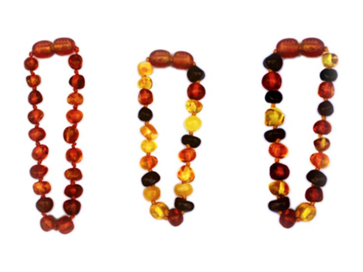 """I nostri braccialetti d'ambra sono realizzati apposta per i più piccoli: non contengono parti metalliche, la chiusura è una vite in plastica ricoperta da una pietra di ambra, ogni elemento è lavorato con effetto """"baroque"""" e ogni pietra è intervallata da un nodo per evitare che in caso di rottura del filo le pietre possano sfilarsi ed essere ingerite dal bambino. Numerosi sono gli effetti benefici sul neonato che indossa il nostro braccialetto in ambra: vieni a scoprirli sul nostro sito!"""