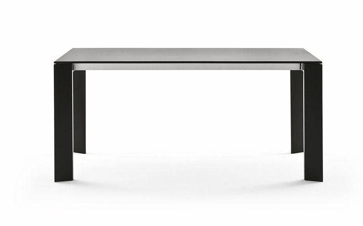 Matbord i lackerad aluminium, välj mellan tre färger.