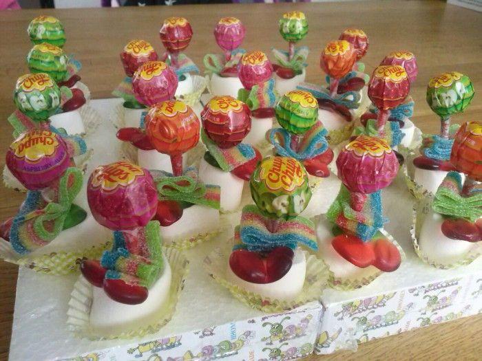 Simpel maar leuke traktatie, lolly, zure mat, kersje en marshmallow, kan met alles natuurlijk. Mini cupcakevormpje eronder en gestoken in piepschuim bekleed met folie.
