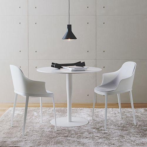 Atlas borde er ikoniske med det runde bordstel. Fås i flere varianter til kantinen, mødelokalet mv. Passer ind i de fleste indretninger. #mødebord #cafebord #cafébord #indretning #kontormøbler #rundt #bord