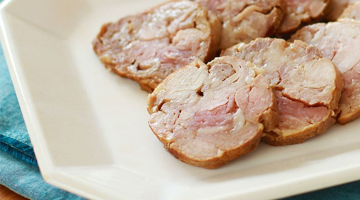 持ち寄りパーティでどんな料理を持っていきますか? みんなに喜んでもらうなら、人気料理を持っていきたいですよね。肉料理の中でも人気の焼豚。実は、豚こま切れ肉を使って簡単に作れるんです。【材料:作りやすい分量】豚こま切れ肉:300gA醤油:大さじ1と1/2A砂糖:大さじ1Aチューブにんにく:小さじ1/2Aこしょう:小さじ1/4【作り方】①ポリ袋に豚こま切れ肉、Aを入れてもみ込む。②二重にしたラ...