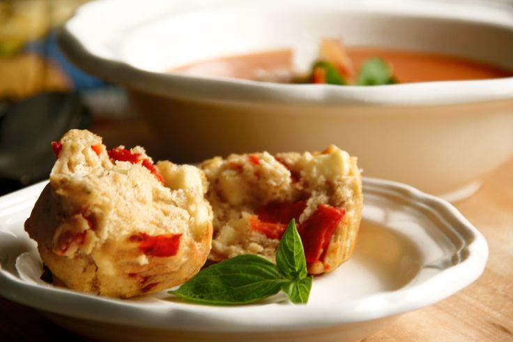 Muffins sans gluten salés au feta, poivrons grillés et pesto de basilic