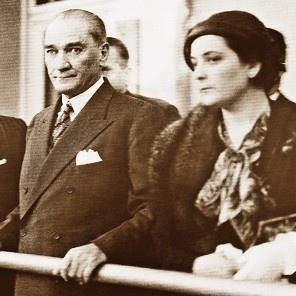 Atatürk Türkiye Cumhuriyeti ilk kadın öğretmenlerinden Fatma Refet Angın ile
