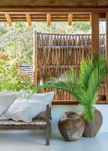 Nesta casa em Trancoso, assinada pelo arquiteto David Bastos, não faltam motivos para torcer pela chegada do calor.