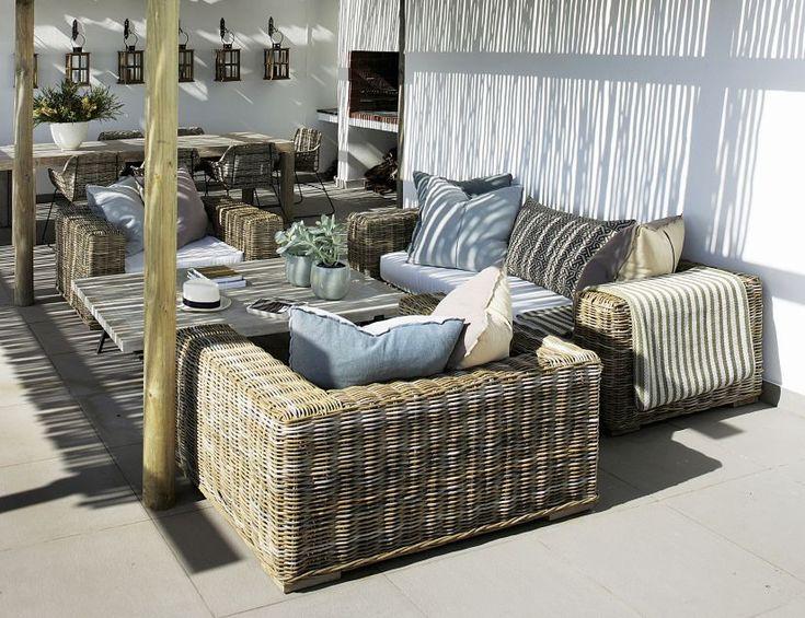 Prachtige inspiratie foto met rieten tuinmeubilair. Royal Design heeft een mooie collectie rieten lounge- en tuinmeubilair.