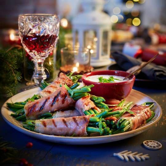 Blancheer de boontjes even. Recept -  Sperziebonenpakketjes met parmaham en kruidige yoghurtsaus  -Gegrilde biefstuk met fruitige bietensalade  - Boodschappenmagazine #kerst #bbq #bijgerecht