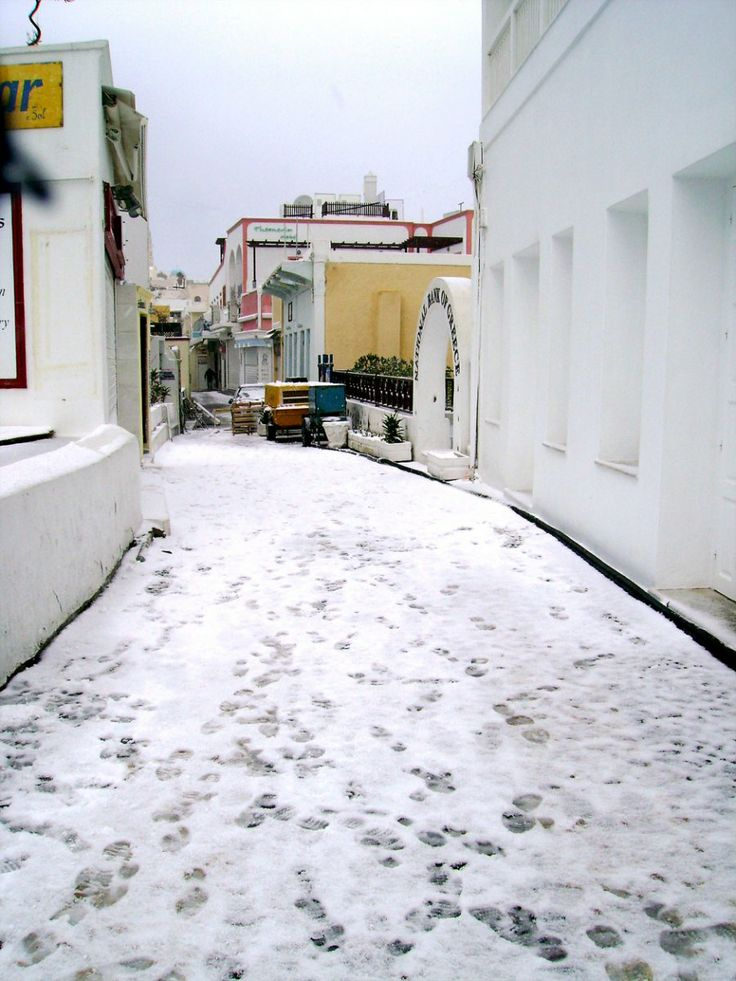 GREECE CHANNEL | The Famous Gold Street in Fira covered in a light dusting of snow.