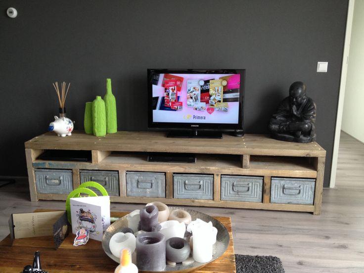 DIY tv kast 5cm dik steigerhout met metalen magazijnbakken
