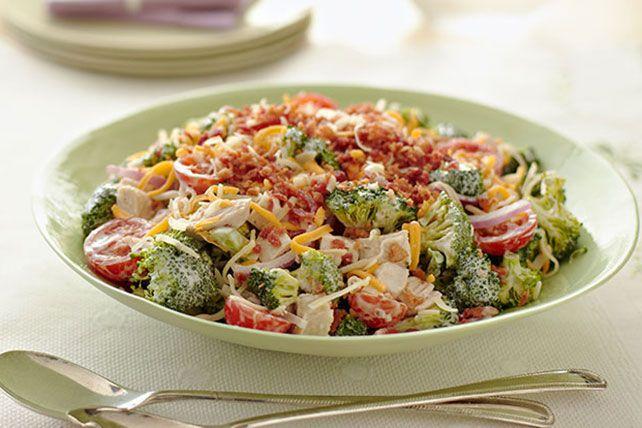 Cette salade fait un excellent repas du midi, que ce soit à la maison ou au travail. Le brocoli apporte une belle texture, et le poulet, le fromage et le bacon font un délice de chaque bouchée. Voilà une recette qui mérite d'être essayée!