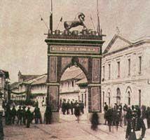 Con arcos del triunfo El General reyes celebro sus victorias en 1985 el triunfo de la regeneracion