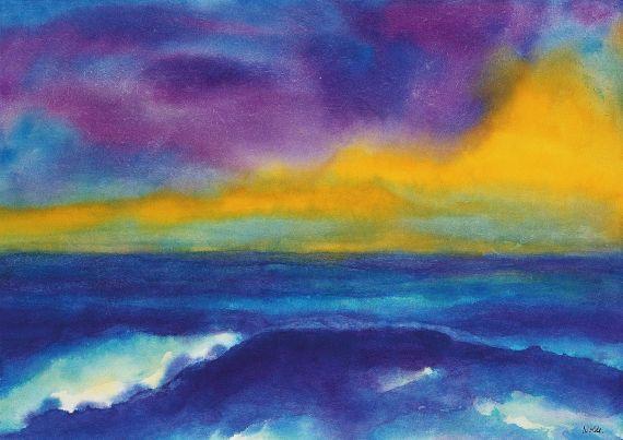 Tiefblaues Meer unter gelb-violettem Himmel
