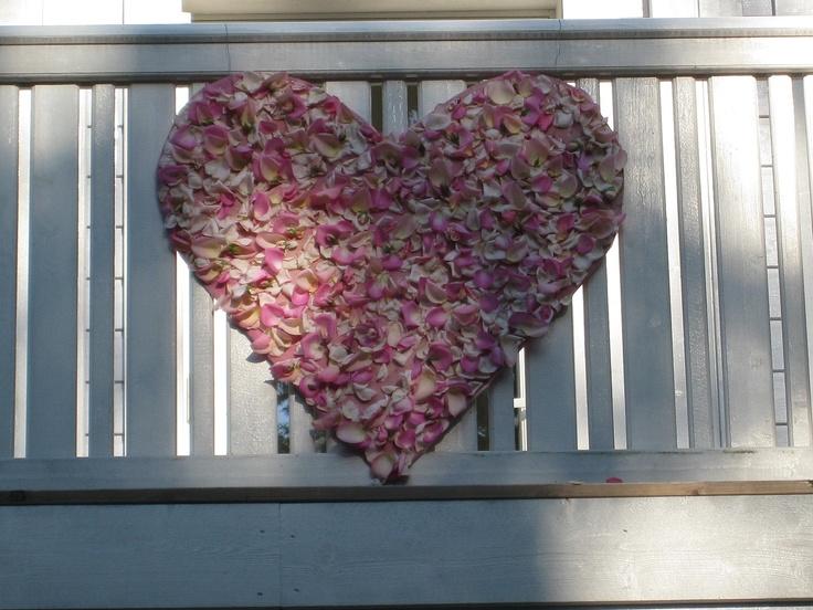 Pink roses as anu outdoor decoration. Made by Järvenpään Kukkatalo