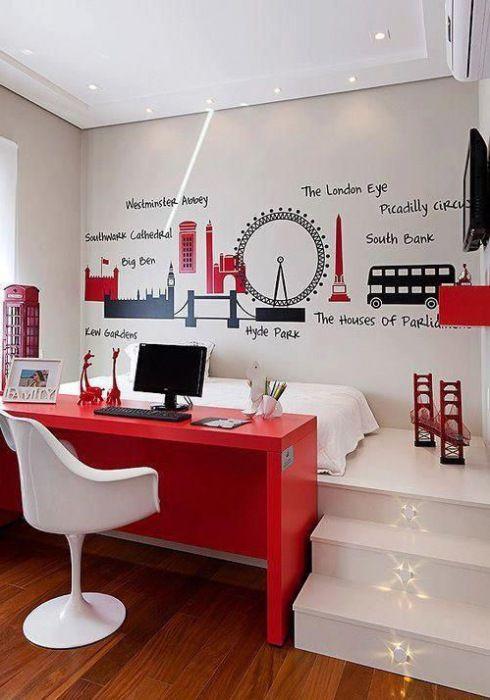 czerwone biurko, białe krzesło nowoczesne,białe schodki na podest z łóżkiem i czarno-czerwone naklejki w londynskim klimacie na ścianie w pokoju dla chłopca