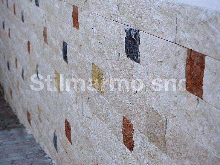 Rivesti le tue pareti esterne con la pietra naturale. E' stato scelto il multicolore per l'entrata di questo garage! Fantasia e creatività del posatore - Made in Italy