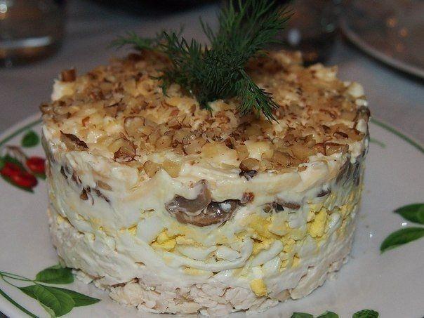 Фото к рецепту: Салат с курицей , грибами и грецким орехом