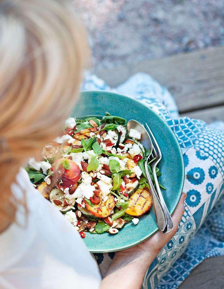 Bjud på ljuvligt myntadoftande sommarsallad med persika, fetaost och rostade mandlar