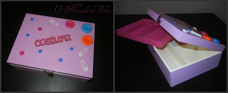 Caixa de costura pintada à mão com botões