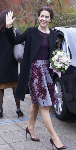 'Look': La princesa Mary apostó por el color morado en su visita a la Escuela Sønderbro, con una combinación en la que este tono era el protagonista. Jersey malva oscuro y falda con vuelo lavanda con estampados en color ciruela a juego con los zapatos de salón.